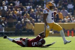 BATON ROUGE, LA - NOVEMBER 11:  Derrius Guice #5 of the LSU Tigers avoids a tackle by Henre' Toliver #5 of the Arkansas Razorbacks at Tiger Stadium on November 11, 2017 in Baton Rouge, Louisiana.  (Photo by Chris Graythen/Getty Images)