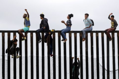 Buses carrying Central American migrants roll to US border