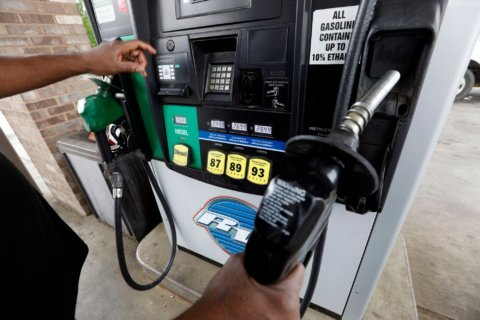 Average price of US gas slips 3 cents, to $2.91 a gallon