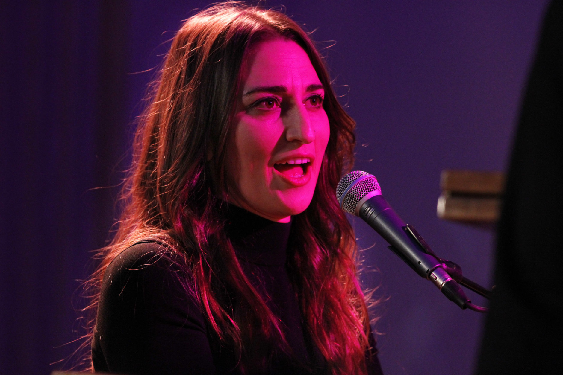 """Under a pink stage light, singer Sara Bareilles performs her song, """"Brave,"""" for President Barack Obama, first lady Michelle Obama, Canadian Prime Minister Justin Trudeau and Sophie Grégoire Trudeau, in the State Dining Room of the White House in Washington, Thursday, March 10, 2016, after a State Dinner. (AP Photo/Jacquelyn Martin)"""