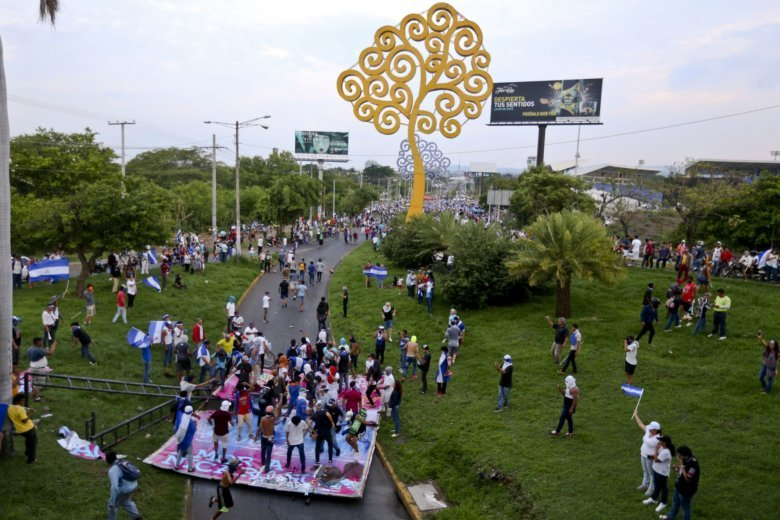 AP PHOTOS: Nicaraguans battle over symbols amid unrest