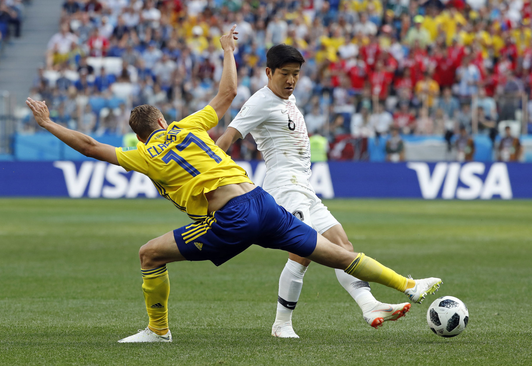 Sweden's Viktor Claesson, left, challenges South Korea's Park Joo-ho during the group F match between Sweden and South Korea at the 2018 soccer World Cup in the Nizhny Novgorod stadium in Nizhny Novgorod, Russia, Monday, June 18, 2018. (AP Photo/Pavel Golovkin)