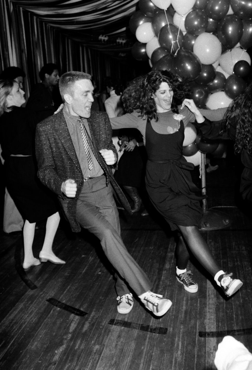 "Actress-comedian and ""Saturday Night Live"" regular Gilda Radner, and musician and SNL band leader G.E. Smith, left, dance during the celebration party for the opening of Gilda's film, ""Gilda Live,"" at the Carmine Street gym in downtown New York, Wednesday night, March 26, 1980.  Smith is the guitarist for Radner's movie, a film version of her 1979 one-woman Broadway show, ""Gilda Radner-Live from New York.""  (AP Photo)"