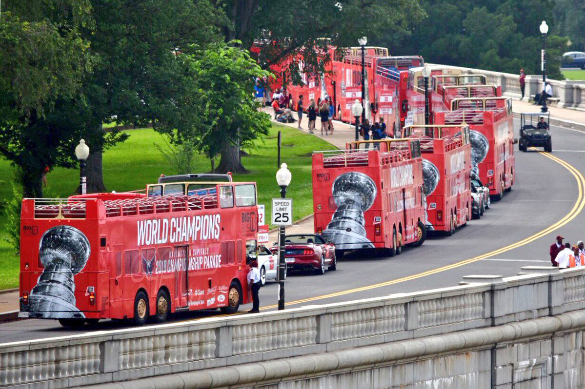 Parkway Drive near Memorial Bridge is blocked for the tour bus staging as of 8:55 a.m. (WTOP/Dave Dildine)