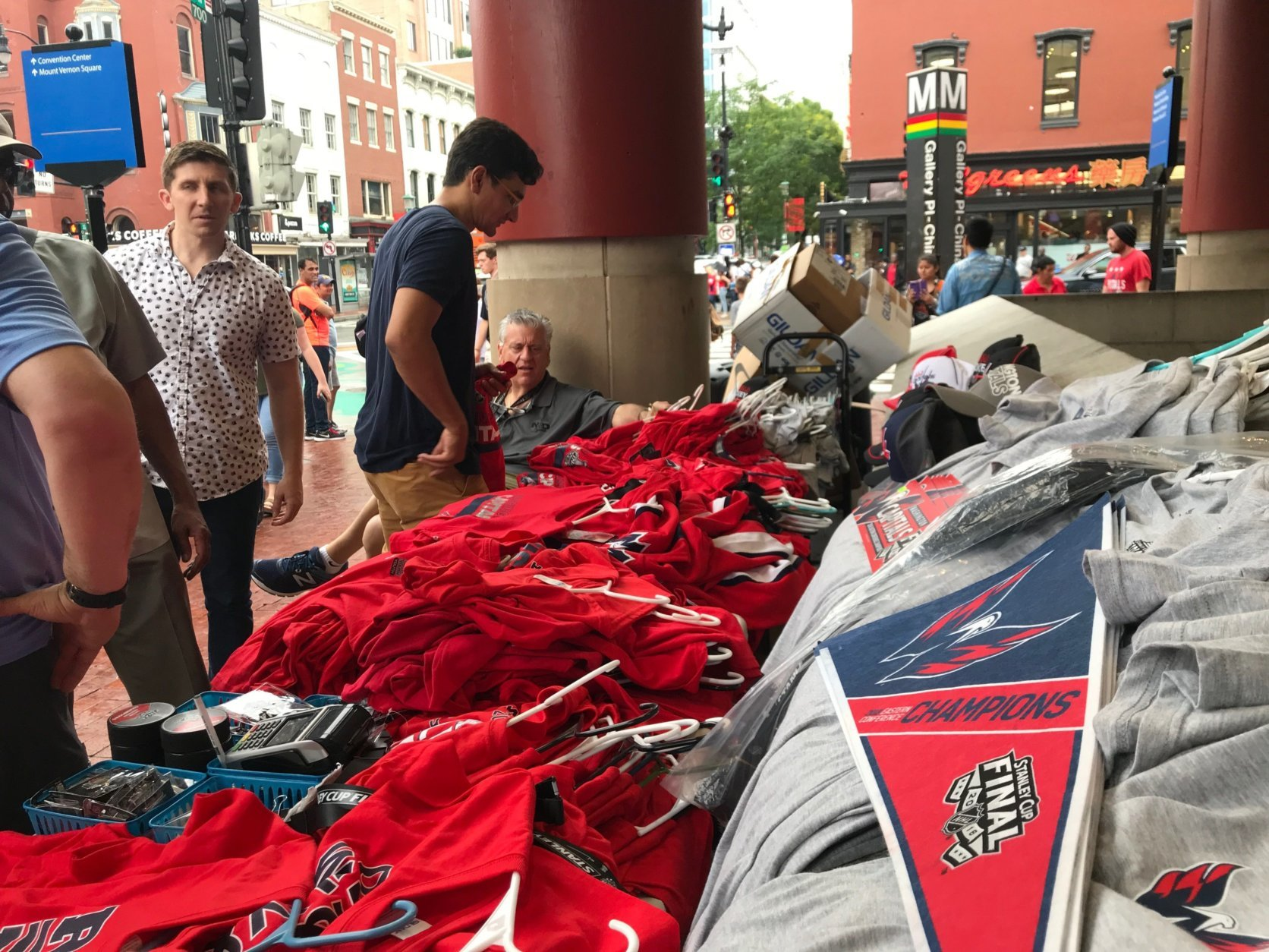 Sidewalks jammed with Caps fans keep vendors busy on Saturday, June 2, 2018. (WTOP/Dick Uliano)