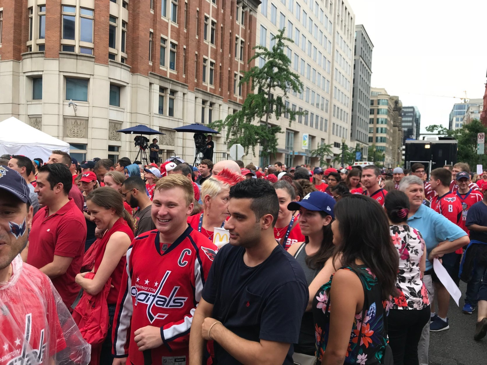 Washington Capitals fans gather in front of the National portrait Gallery for the pregame concert. (WTOP/Dick Uliano)