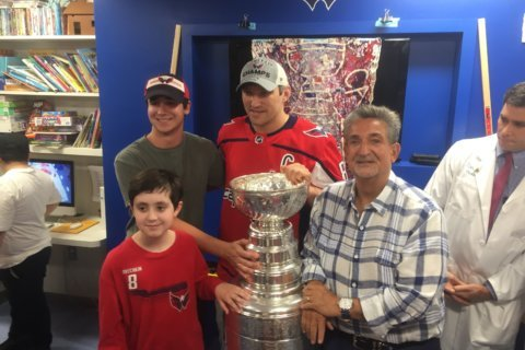 Ovechkin, Leonsis show off the healing power of the Stanley Cup