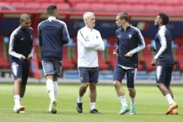 France headcoach Didier Deschamps discuss with Antoine Griezmann during France's official training on the eve of the group C match between France and Australia at the 2018 soccer World Cup in the Kazan Arena in Kazan, Russia, Friday, June 15, 2018. (AP Photo/David Vincent)