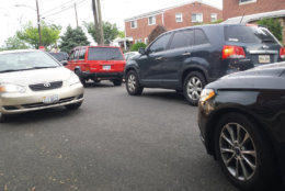 The driver going the wrong way encounters a car coming the other way. (WTOP/Colleen Kelleher)