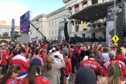Capitals fans gather outside the Smithsonian's National Portrait Gallery to see the band Fall Out Boy. (WTOP/Michelle Basch)
