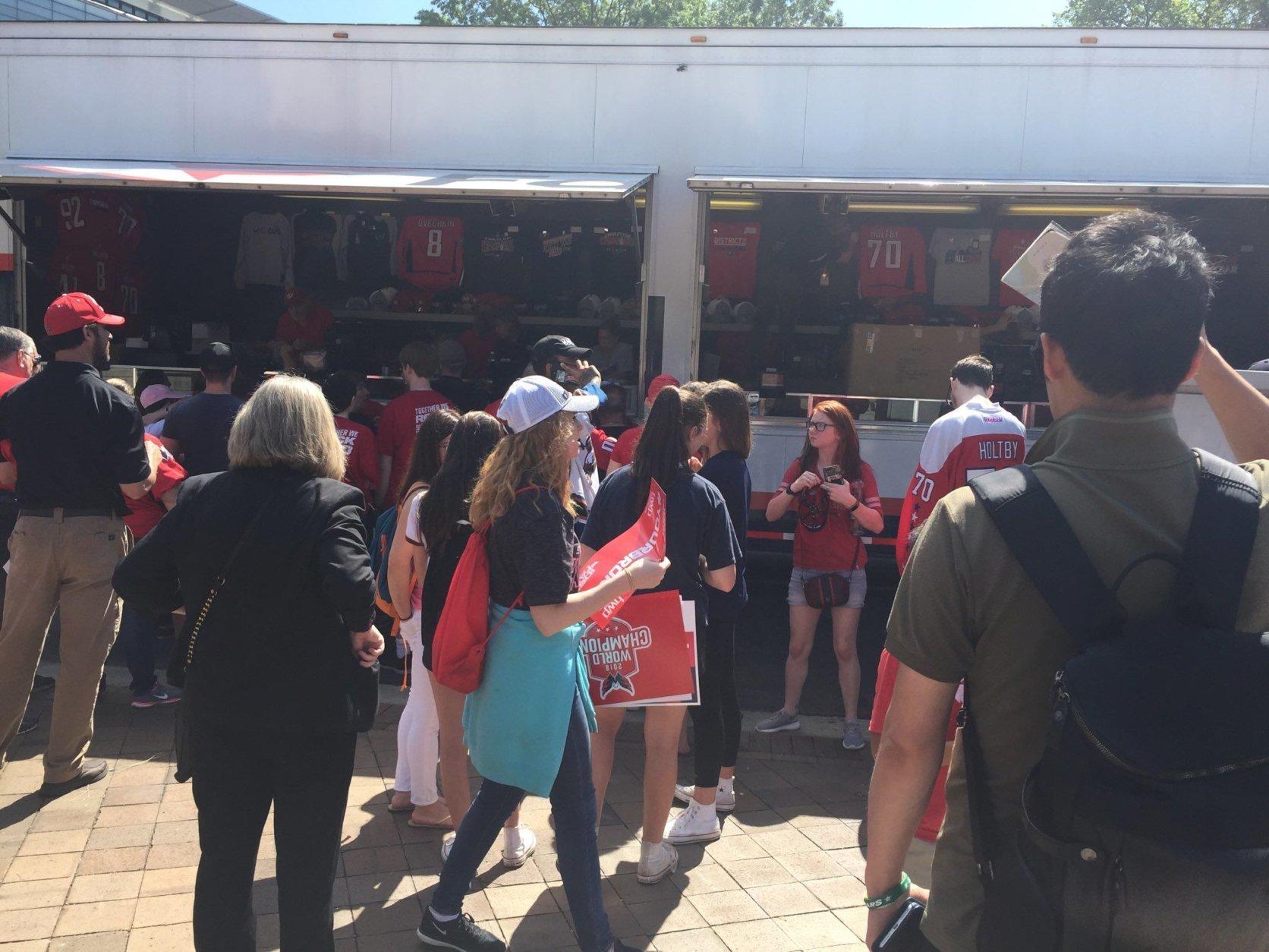 Capitals fans line up to buy Stanley Cup merchandise. (WTOP/Jonathan Warner)