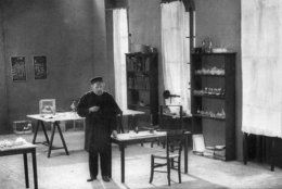 circa 1880:  French chemist Dr Louis Pasteur (1822 - 1895), the father of modern bacteriology,  pursues his studies in his laboratory at the Ecole Normale in Paris.  (Photo by Hulton Archive/Getty Images)