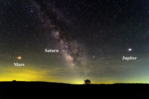 Mars mesmerizes sky watchers