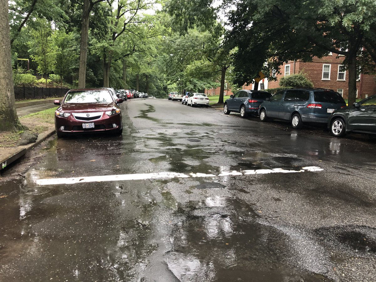 Rain falls on 39th Street NW in Northwest D.C. (WTOP/Patrick Roth)