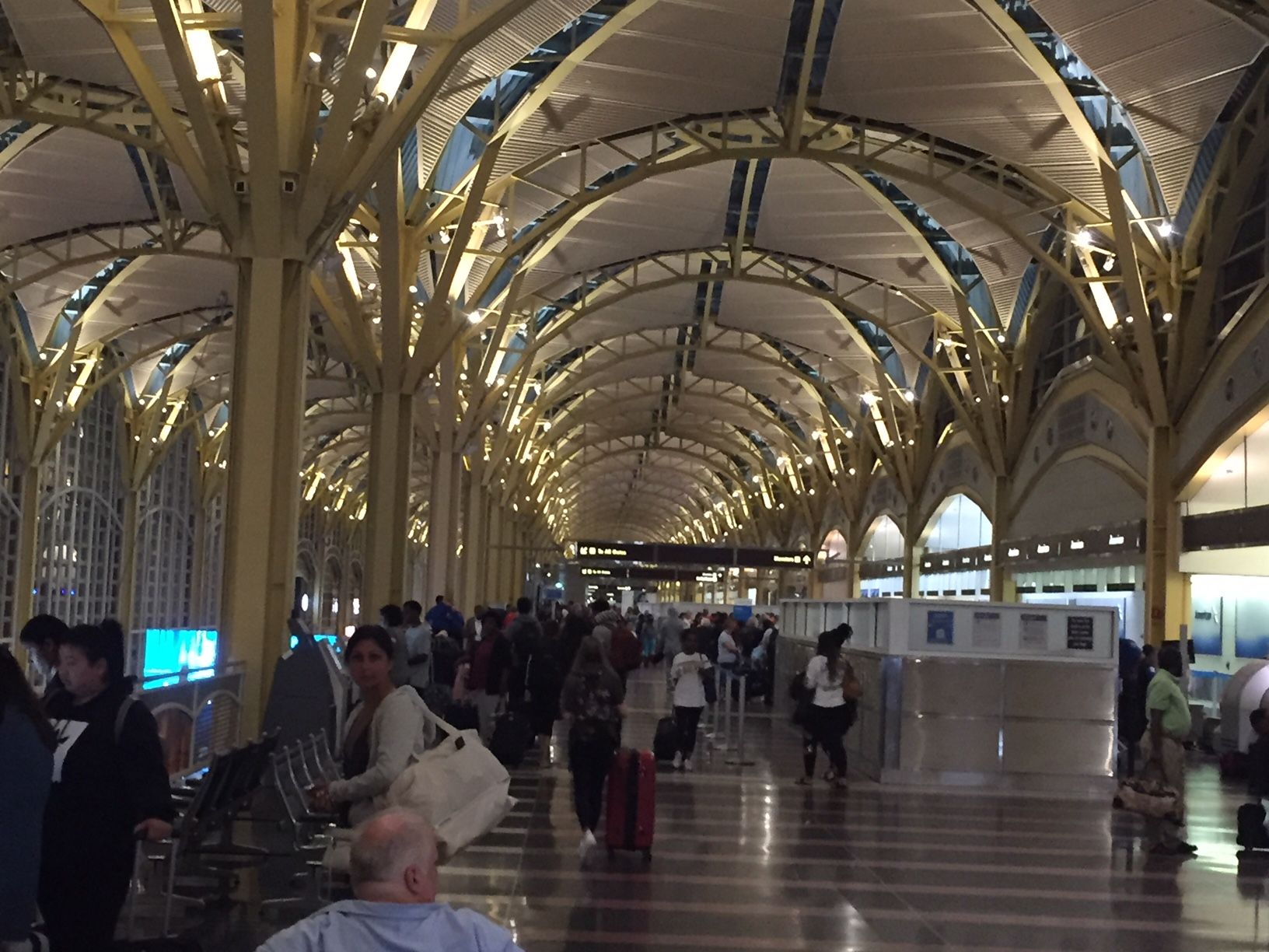 Reagan airport's main concourse had largely returned to normal by dawn on Thursday. (WTOP/John Domen)
