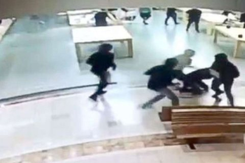 Customers tackle alleged thieves to the ground at California Apple store