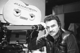 "Burt Reynolds on the set of Universal Studios' Stage 27 where he is directing Martin Sheen in NBC's ""Alfred Hitchcock Presents"" in Los Angeles, California, Oct. 23, 1985. Reynolds directed most of the episodic shows he did for television such as ""Dan August"" and ""Gunsmoke."" (AP Photo/Red McLendon)"