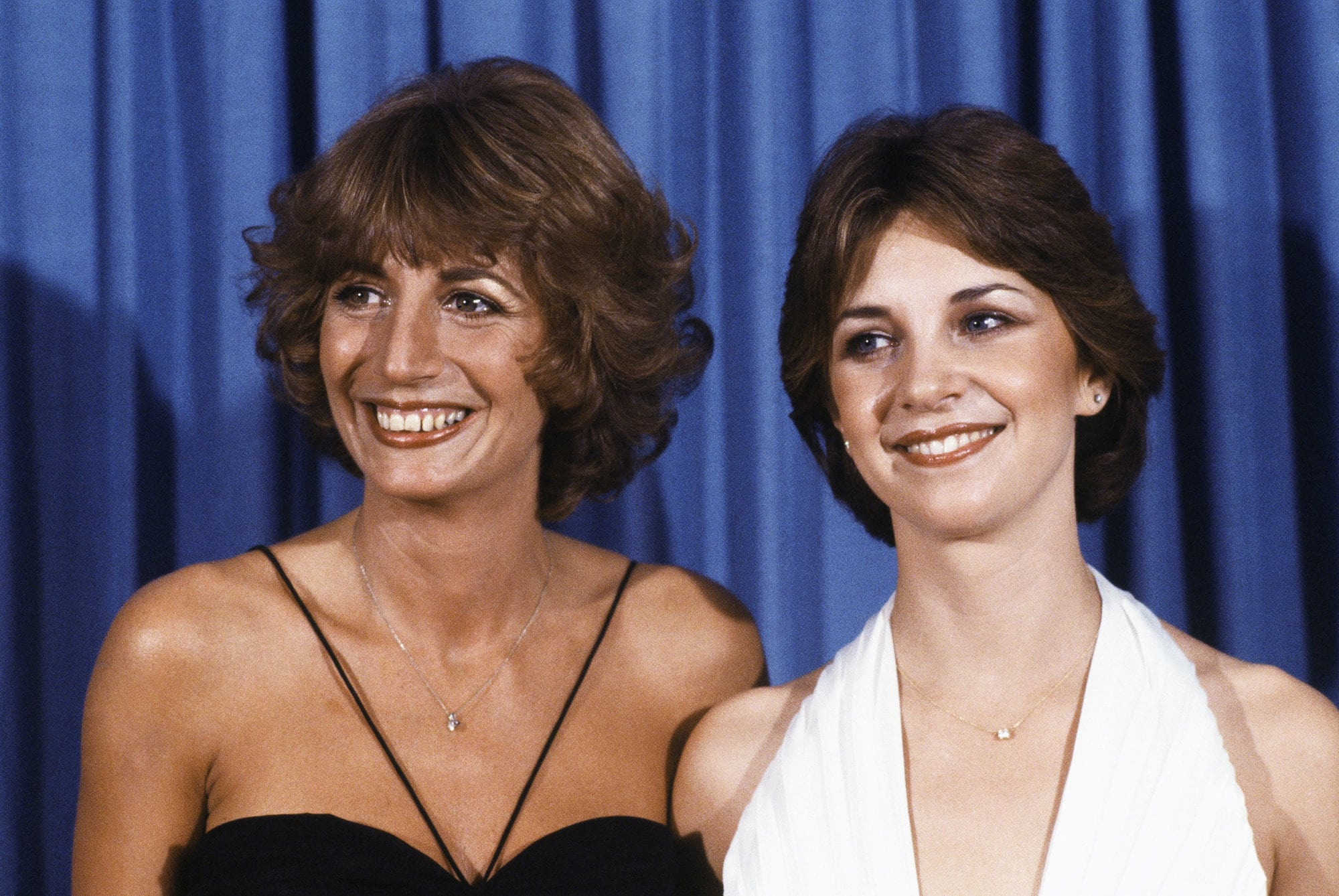 "TV actresses Penny Marshall and Cindy Williams smile at the Emmy Awards in Los Angeles, Sept. 9, 1979.  The duo play television's ""Laverne and Shirley.""  (AP Photo/George Brich)"