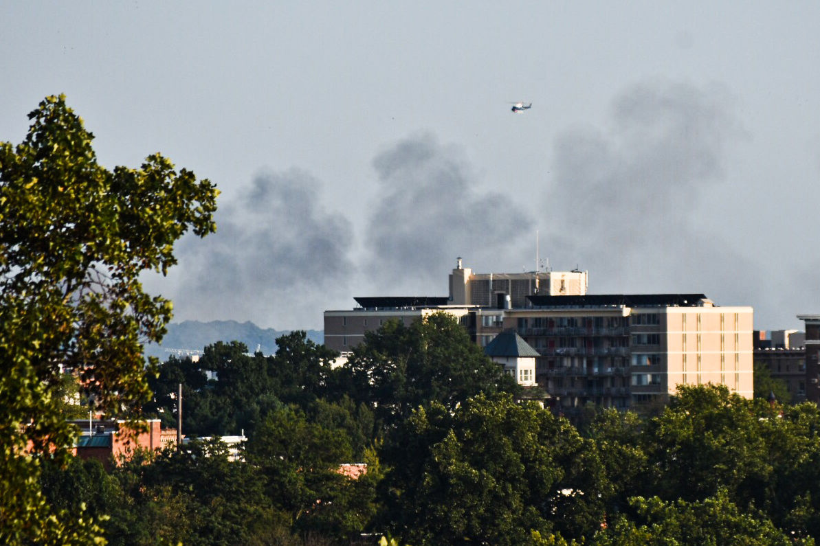 Smoke could be seen from D.C.'s Woodley Park neighborhood. (WTOP/Alejandro Alvarez)