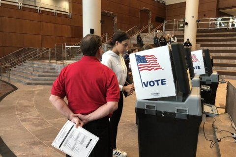 As absentee voting underway, students train to volunteer at Fairfax Co. polls