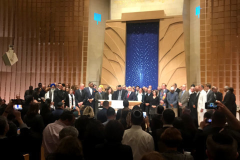 'Such an unspeakable tragedy': Area leaders show solidarity at DC synagogue