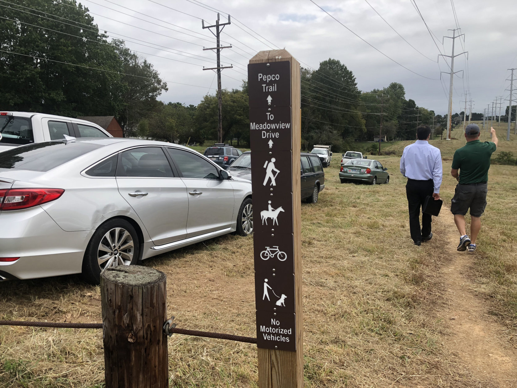 A sign marks the beginning of the new trail. (WTOP/Mike Murillo)