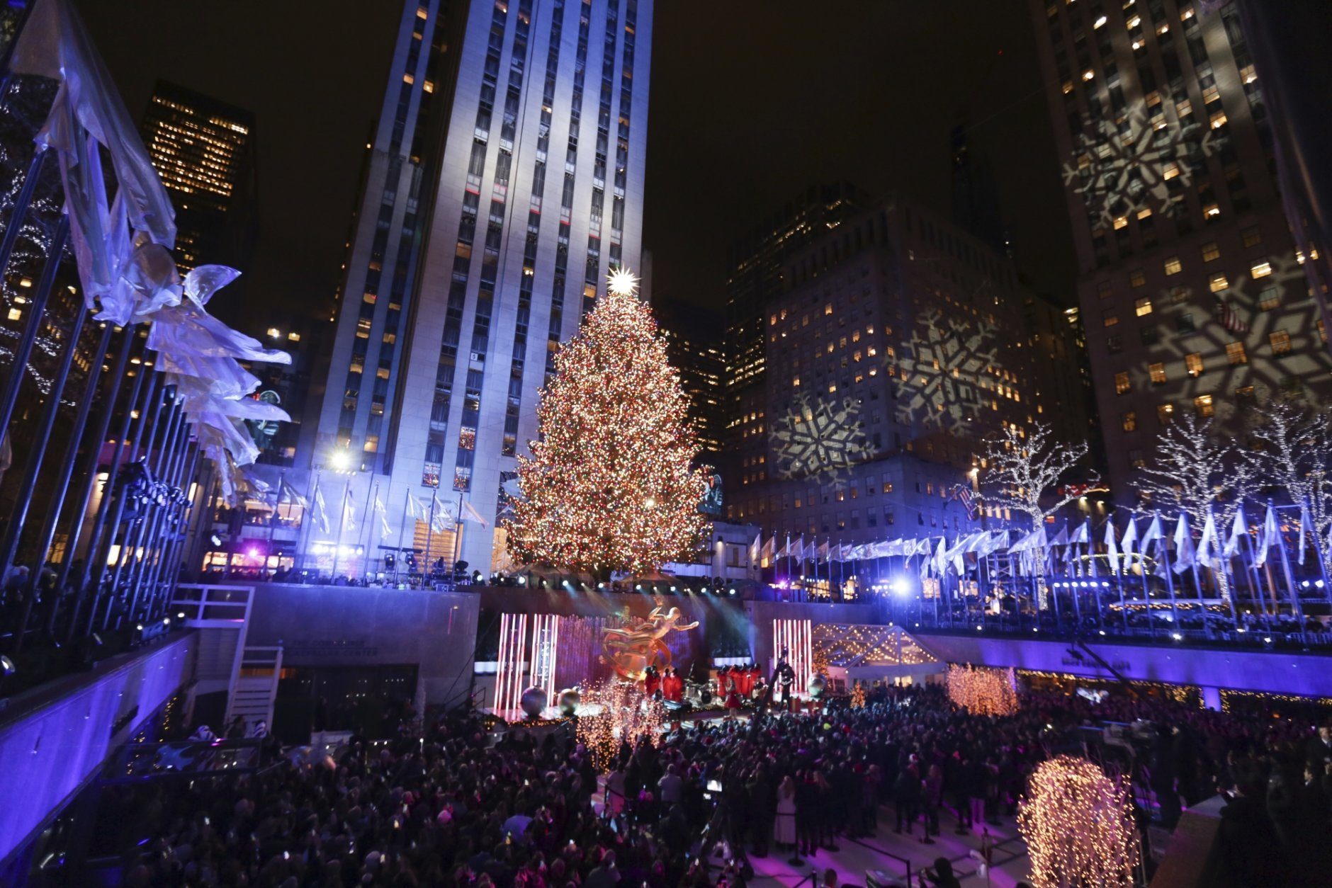 release date: ec710 376ae Sprucing up NYC: Rockefeller Center lights Christmas tree | WTOP