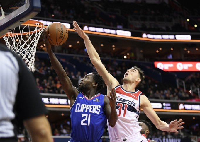 Los Angeles Clippers guard Patrick Beverley (21) goes to the basket against Washington  Wizards guard Tomas Satoransky (31), of the Czech Republic, ...