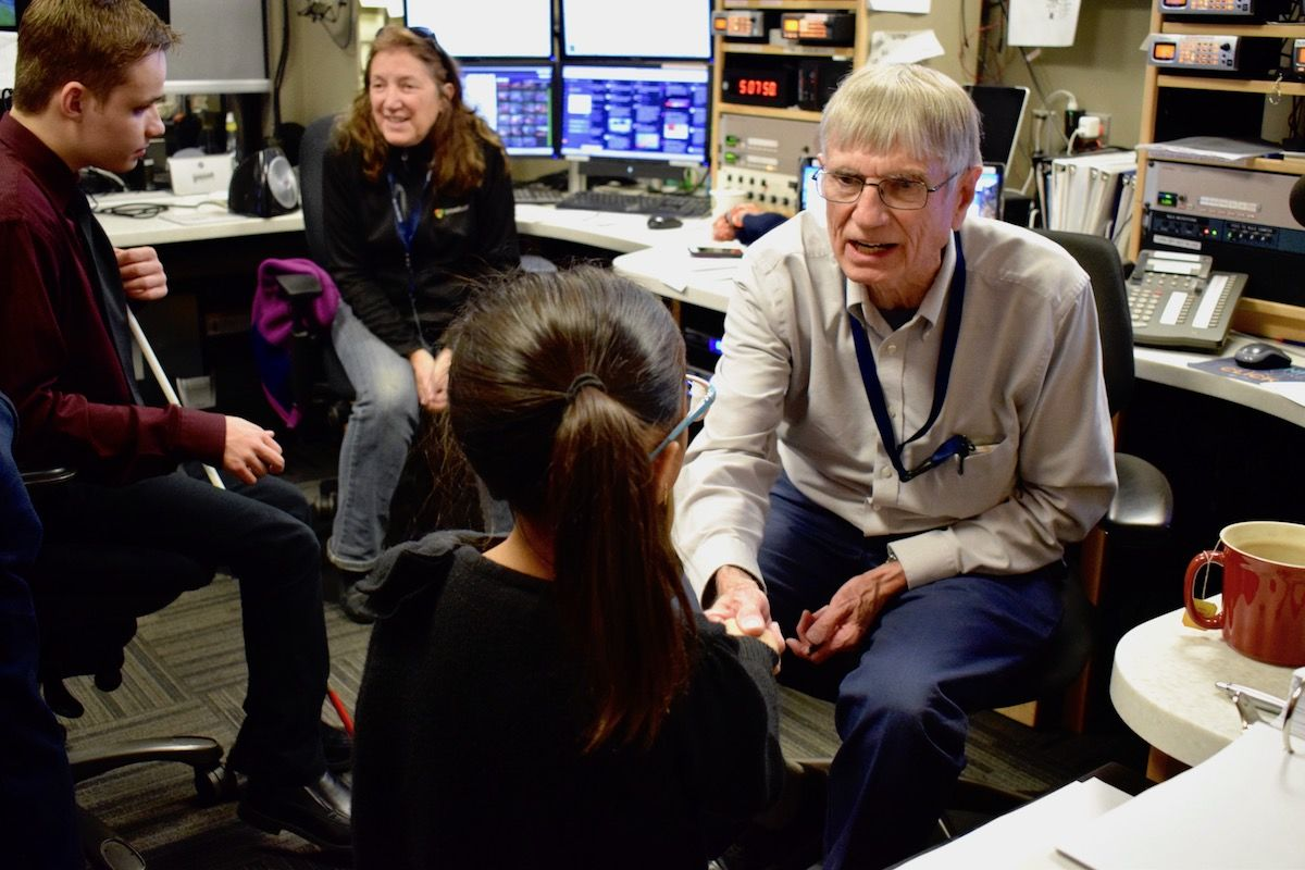 WTOP Traffic's Bob Marbourg imparts some knowledge to the junior reporters. (WTOP/Teta Alim)
