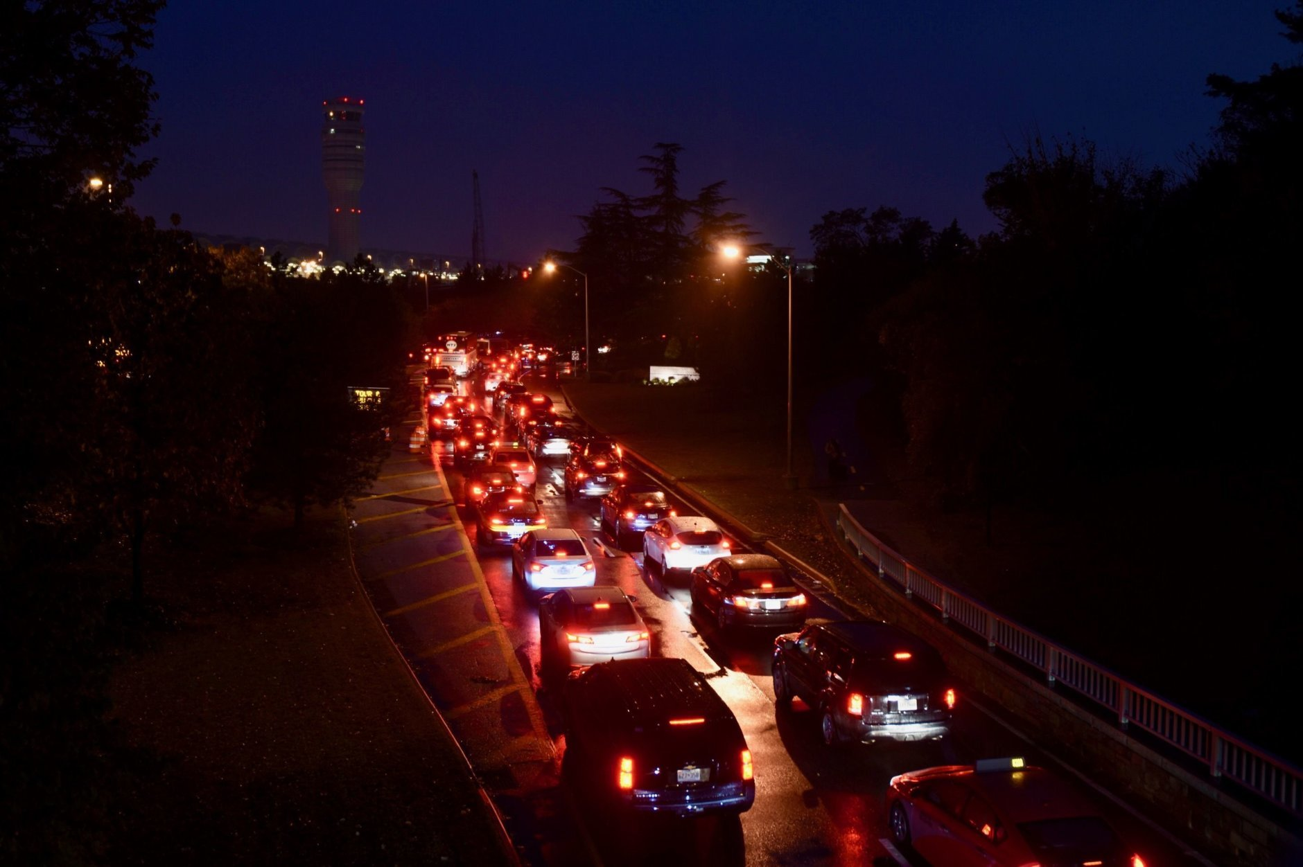 Rain, closure of metro station and holiday weekend departures led to long backups on the southbound GW Parkway and Route 1 toward Reagan National Airport (WTOP/Dave Dildine)
