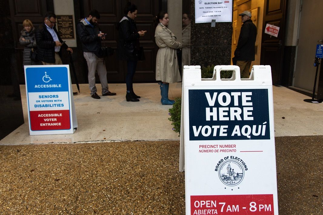 Signs guide voters to polling locations in the district. (WTOP/Alejandro Alvarez)