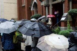 Umbrellas handy, voters line up to cast their ballots in D.C. (WTOP/Alejandro Alvarez)