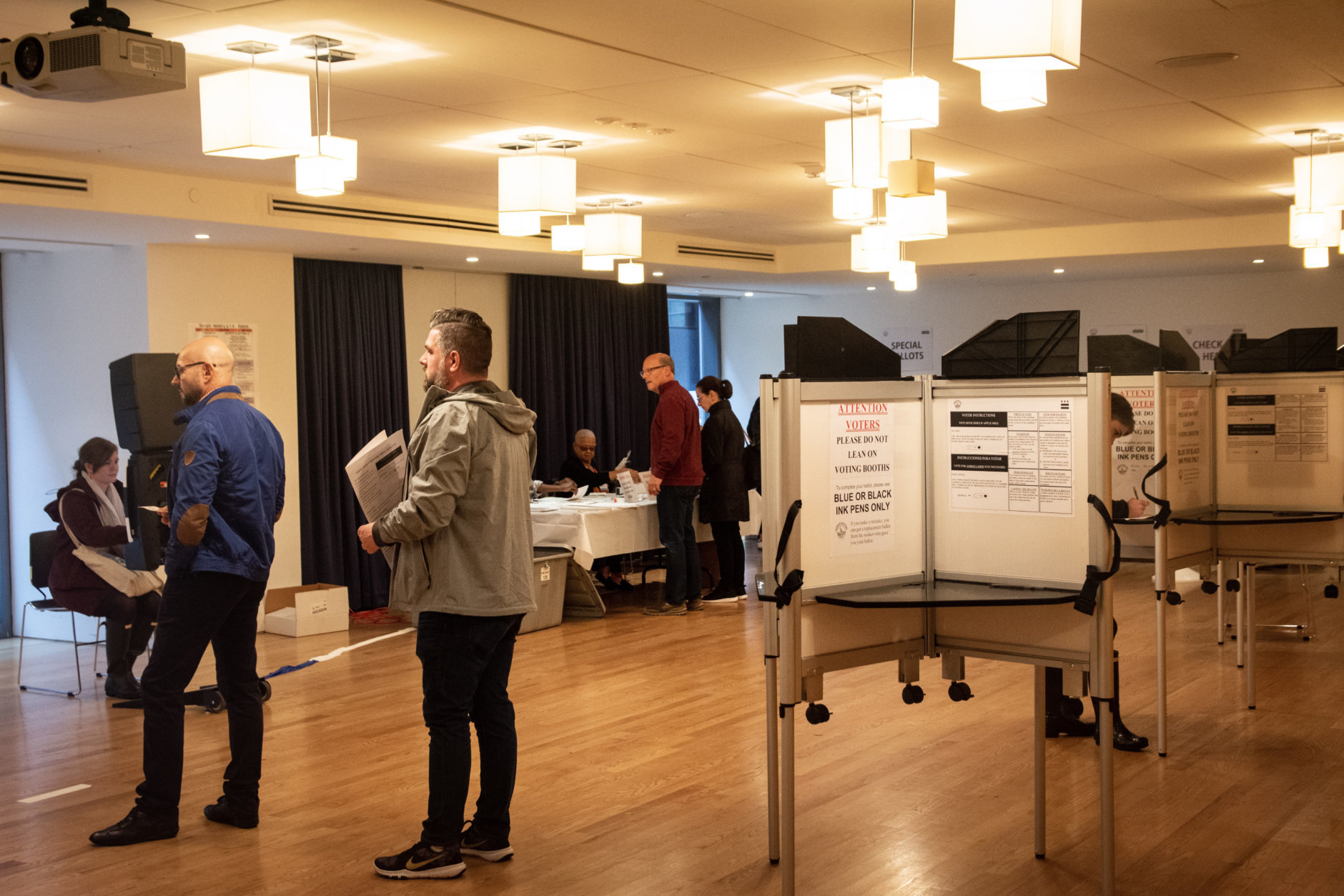 A polling location at the First Congregational United Church of Christ, bustling with voters just before noon in Metro Center. (WTOP/Alejandro Alvarez)