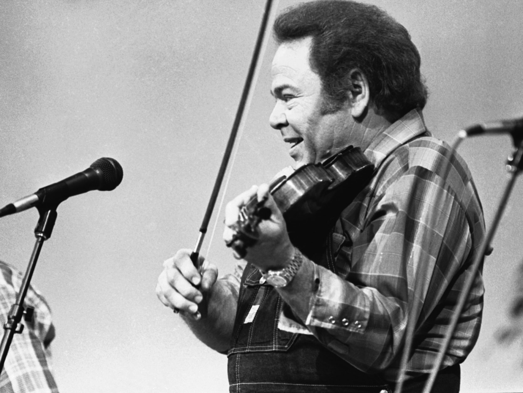 """FILE - In this June 27, 1983, file photo, entertainer Roy Clark plays the fiddle during a taping of the syndicated television show """"Hee Haw,"""" in Nashville, Tenn. Clark, the guitar virtuoso and singer who headlined the cornpone TV show """"Hee Haw"""" for nearly a quarter century, died Thursday, Nov. 15, 2018, due to complications from pneumonia at home in Tulsa, Okla., publicist Jeremy Westby said. He was 85.   (AP Photo/Mark Humphrey<File)_"""
