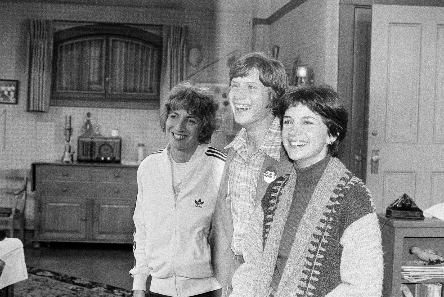 "Chip Carter, son of Democratic presidential candidate Jimmy Carter, poses with Penny Marshall, left, and Cindy Williams, right, on the set of the sitcom ""Laverne and Shirley"" at the Paramount Studios in Los Angeles, Sept. 21, 1976.  (AP Photo/David F. Smith)"