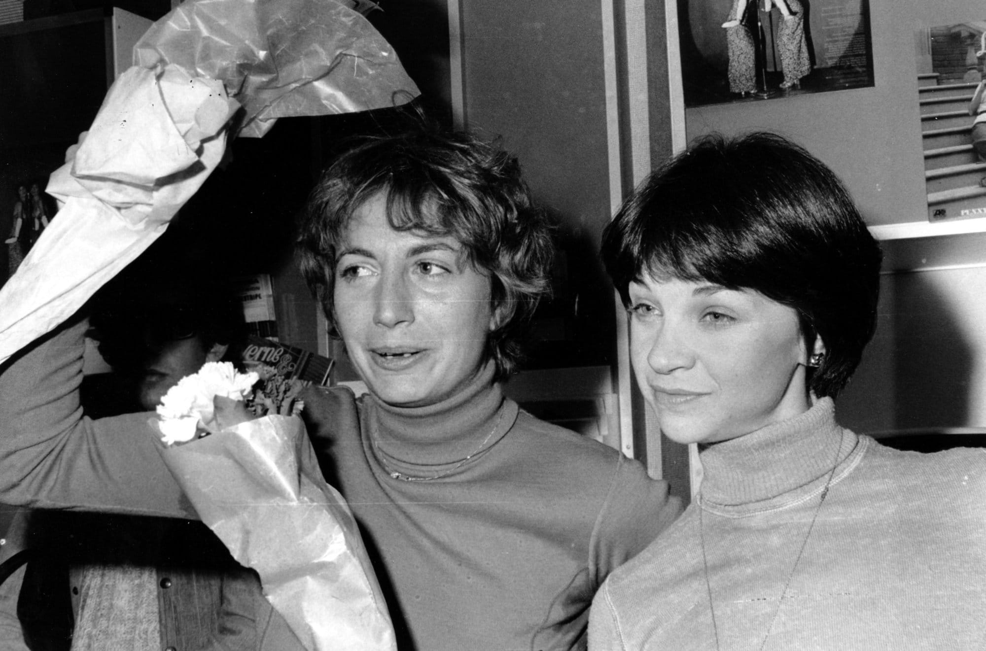 "Actresses Penny Marshall, left, and Cindy Williams of the television comedy series ""Laverne and Shirley"" receive flowers at Sam Goody's record store at 51 Street in New York City on Nov. 20, 1976.  They are signing their new record release. (AP Photo/Suzanne Vlamis)"