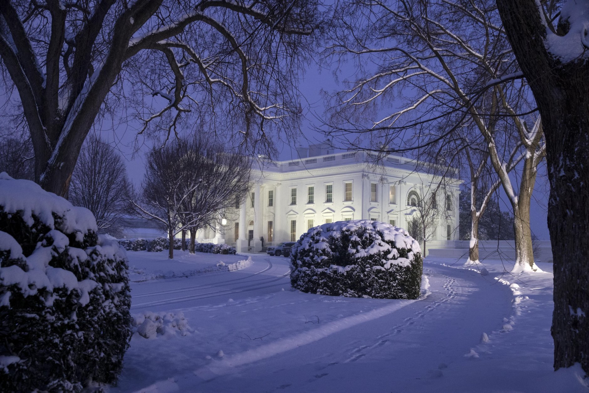 The White House is seen as snow continues to fall, Sunday, Jan. 13, 2019, in Washington. (AP Photo/Alex Brandon)
