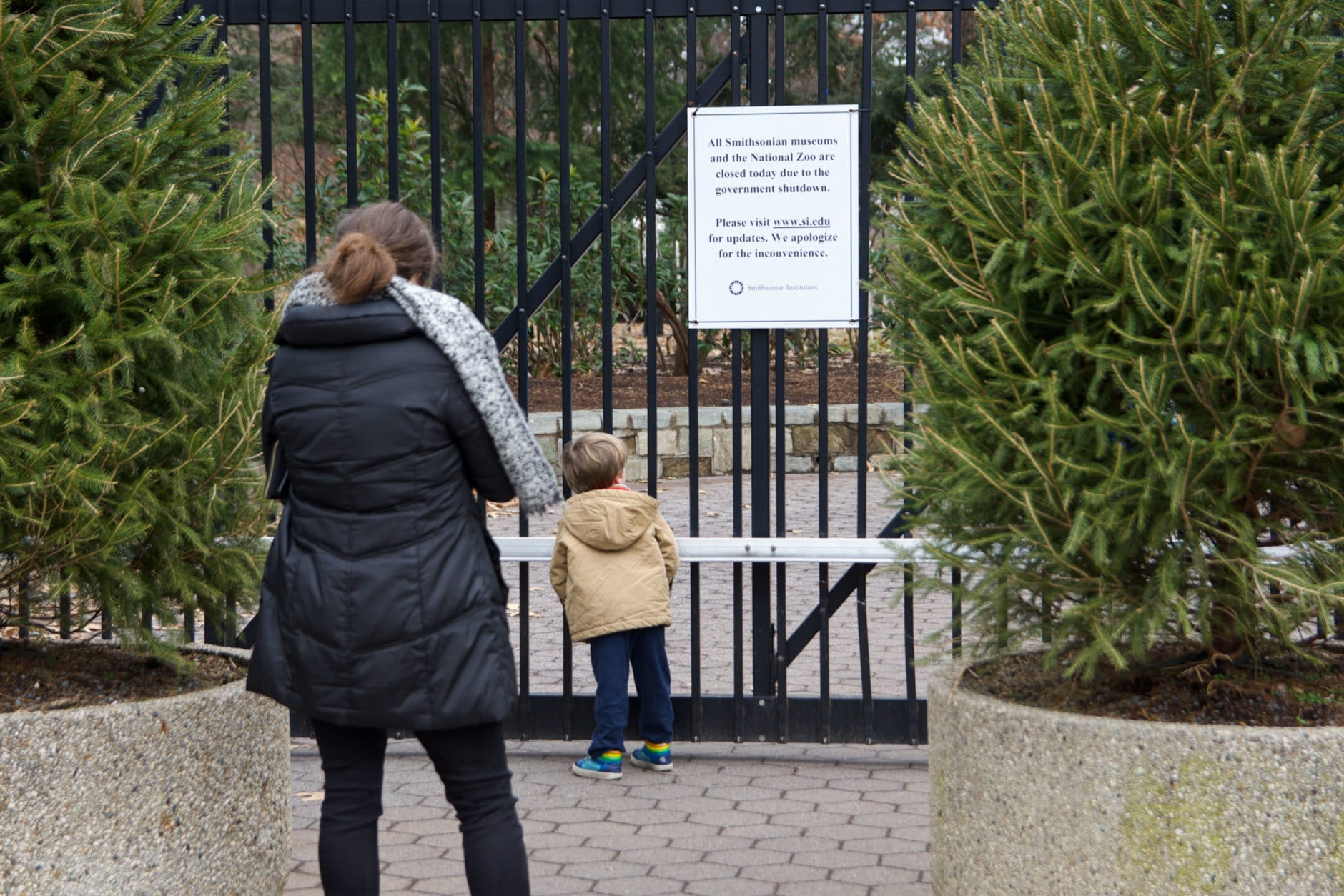 A family tries to visit the National Zoo during the government shutdown Wednesday, Jan. 2, 2019. (WTOP/Alejandro Alvarez)