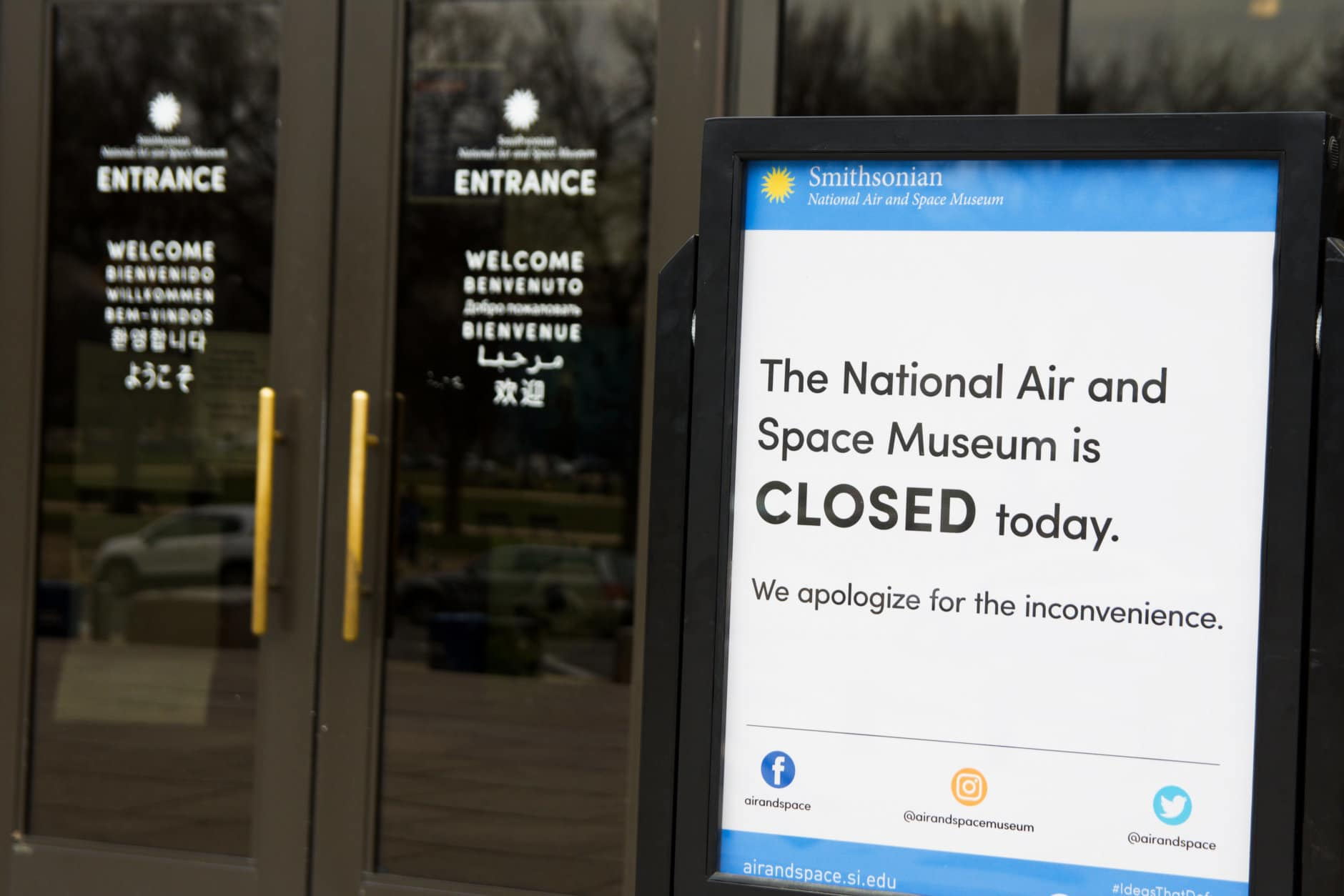 Signage outside the National Air and Space Museum during the government shutdown. (WTOP/Alejandro Alvarez)