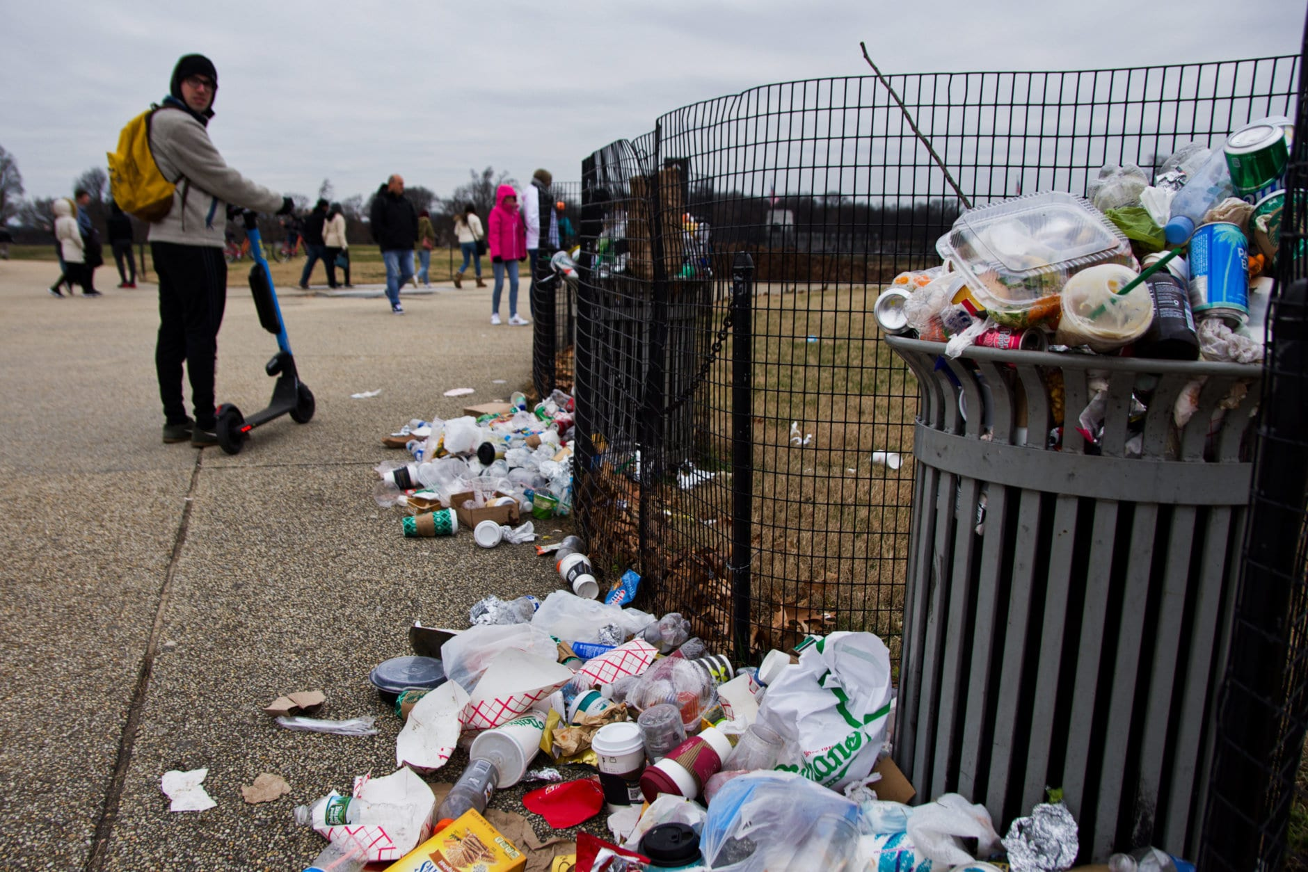 Garbage piles up on the National Mall during the government shutdown. (WTOP/Alejandro Alvarez)