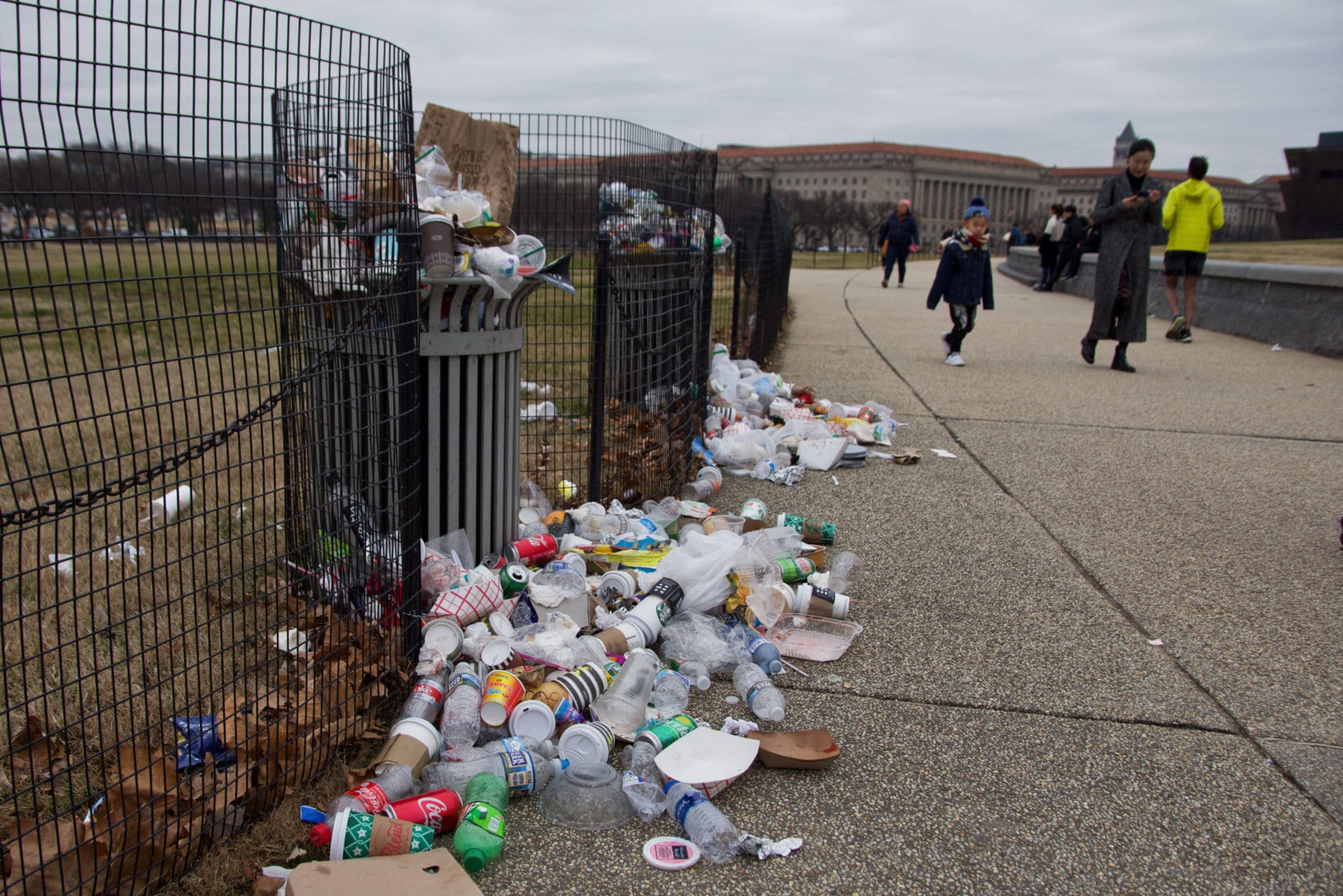 Trash overflows from garbage cans along the National Mall in D.C. on January 2, 2018. (WTOP/Alejandro Alvarez)
