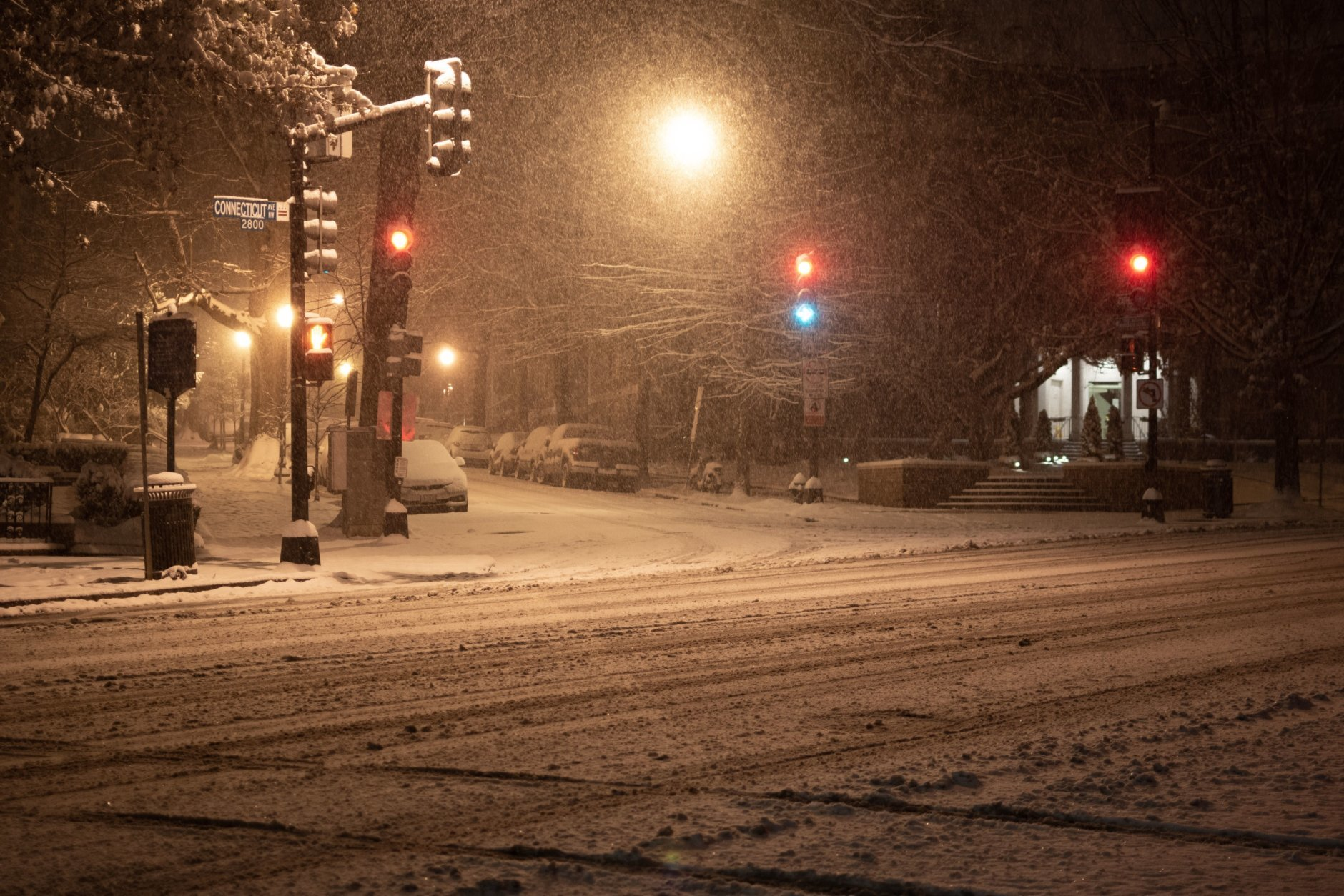 Connecticut Avenue in Woodley Park, northwest D.C. around 4 a.m. Sunday. (WTOP/Alejandro Alvarez)
