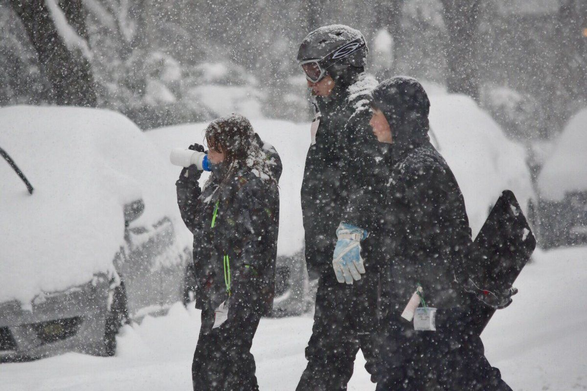 People bundle up to make the trek into the snow on Sunday. (WTOP/Dave Dildine)