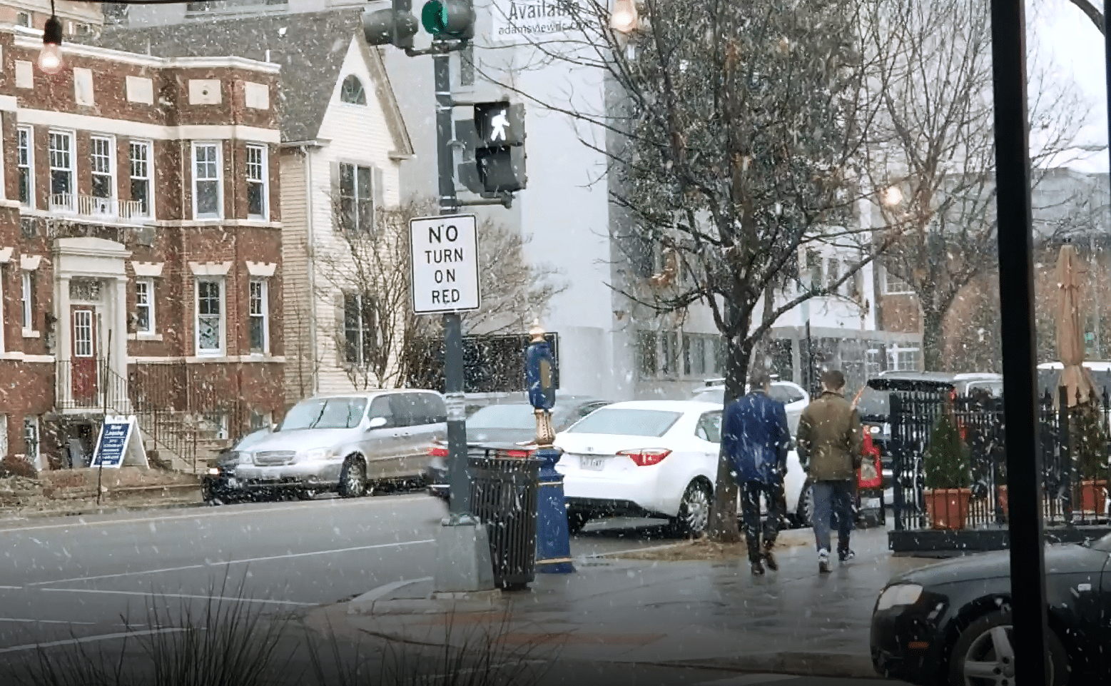 A steady fall of flurries were visible in Northwest D.C. Wednesday afternoon. (WTOP/Albert Shimabukuro)