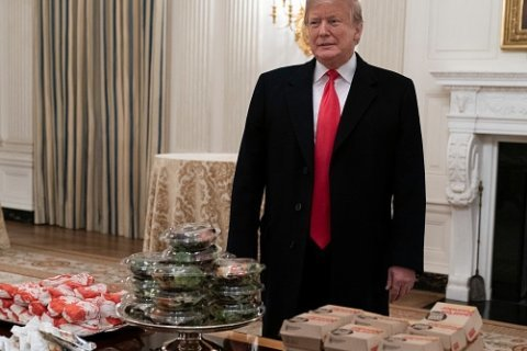 Trump chows down on burgers with Clemson football team