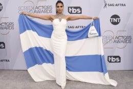"Shakira Barrera poses with a bag reading ""free Nicaragua"" at the 25th annual Screen Actors Guild Awards at the Shrine Auditorium & Expo Hall on Sunday, Jan. 27, 2019, in Los Angeles. (Photo by Jordan Strauss/Invision/AP)"