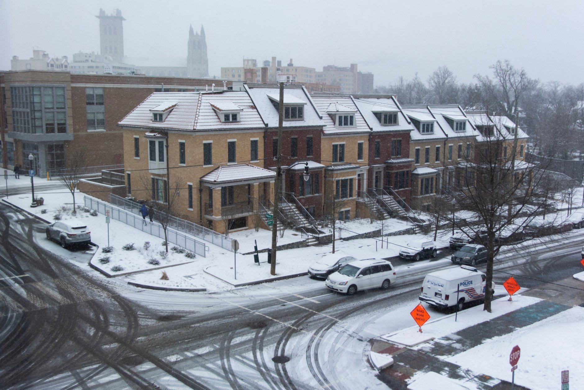 Hours after the snow started, it's starting to accumulate more and more. (WTOP/Alejendro Alvarez)