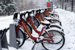 A Capital Bikeshare station near the intersection of Connecticut Avenue and Calvert Street, NW sits largely unused as heavy snow moves in on Wednesday morning. (WTOP/Alejandro Alvarez)