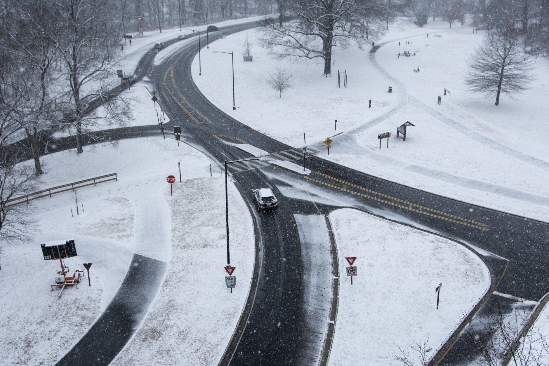 Traffic on Rock Creek Parkway under Connecticut Avenue was sparse, save for a few commuters, snow plows and the occasional jogger on Beach Drive. (WTOP/Alejandro Alvarez)