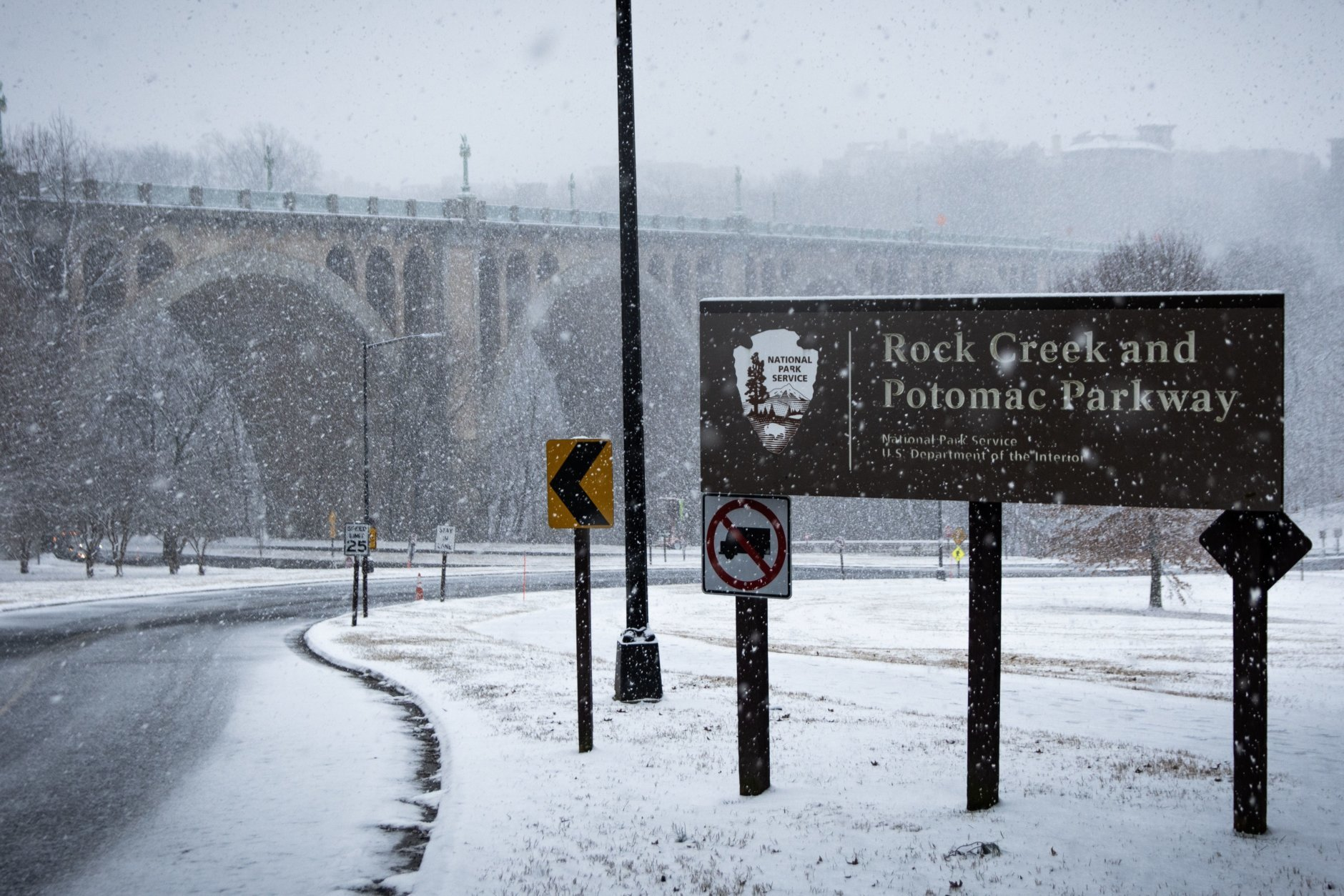 The entrance to Rock Creek in Woodley Park, mostly cleared of traffic. (WTOP/Alejandro Alvarez)